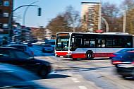 Hochbahn-Bus am Bezirksam Eimsbüttel in Hamburg