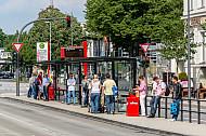 Menschen warten auf den Bus am Stephansplatz in Hamburg