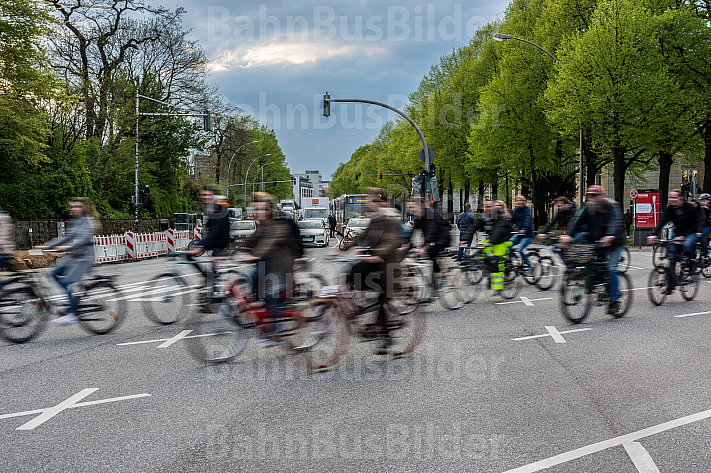 Eine große Gruppe von Radfahrern quert am Dammtorbahnhof in Hamburg den Autoverkehr