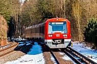 S-Bahn im winterlichen Hamburg am Bahnhof Klein Flottbek mit Schnee