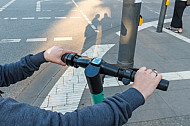 Lenkstange eines E-Scooters mit digitalem Tacho.