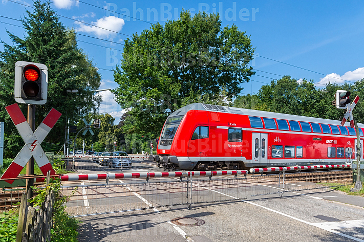 Regionalzug an Bahnübergang in Hamburg