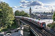 Ein U-Bahnzug vom Typ DT5 auf der Linie U3 an den Landungsbrücken in Hamburg mit Bewegungsunschärfe