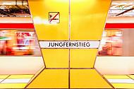 U-Bahn im Bahnhof Jungfernstieg in Hamburg (Bewegungsunschärfe)