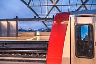 Ein Zug in der U-Bahn-Haltestelle Elbbrücken in Hamburg mit Blick auf den Hafen