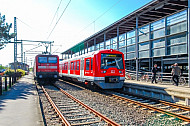 S-Bahn-Sonderzug S4 neben Regionalbahn in Bad Oldesloe