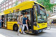 Einstieg vorn: Zwei Frauen steigen an der vorderen Tür beim Busfahrer ein