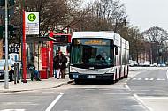 XXL-Metrobus der Linie M5 an der Haltestelle Gärtnerstraße in Hamburg