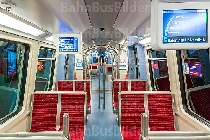 Innenraum eines U-Bahn-Zugs vom Typ DT4 an der Haltestelle HafenCity Universität in Hamburg