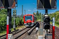 Ein S-Bahn-Zug erreicht die Haltestelle Diebsteich in Hamburg. Im Vordergrund stehen Signale