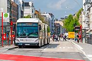 Metrobus der Linie M5 an der neu gebauten Haltestelle Universität in Hamburg