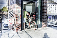 Eine Radfahrerin schiebt ihr Fahrrad in einen Aufzug am Hamburger U-Bahnhof Hoheluftbrücke