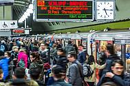 Zahlreiche Menschen drängen sich am Hamburger Hauptbahnhof auf einem U-Bahnsteig