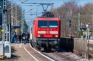 Menschen steigen in einen Regionalzug am Bahnhof Tornesch in Schleswig-Holstein