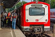 Menschen steigen in Hamburg aus einer S-Bahn