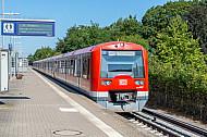 S-Bahn im Bahnhof Halstenbek in Schleswig-Holstein