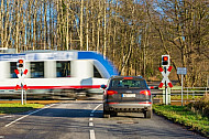 Auto wartet an AKN-Bahnübergang