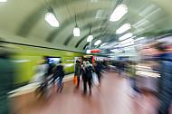 Menschen warten auf eine U-Bahn am Hauptbahnhof in Hamburg
