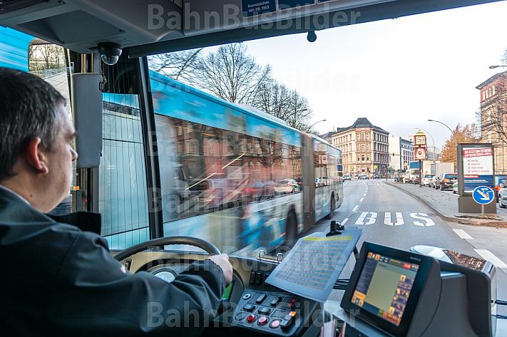 Bus auf Sonderspur mit Ampelvorrangschaltung in Hamburg