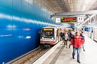Menschen steigen aus einem Zug der Linie U4 in der Haltestelle Überseequartier in Hamburg