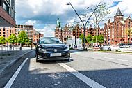 Ein Falschparker blockiert einen Radfahrstreifen in der HafenCity in Hamburg