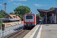 Ein S-Bahn-Zug der betagten Baureihe 472 in der Haltestelle Stellingen in Hamburg