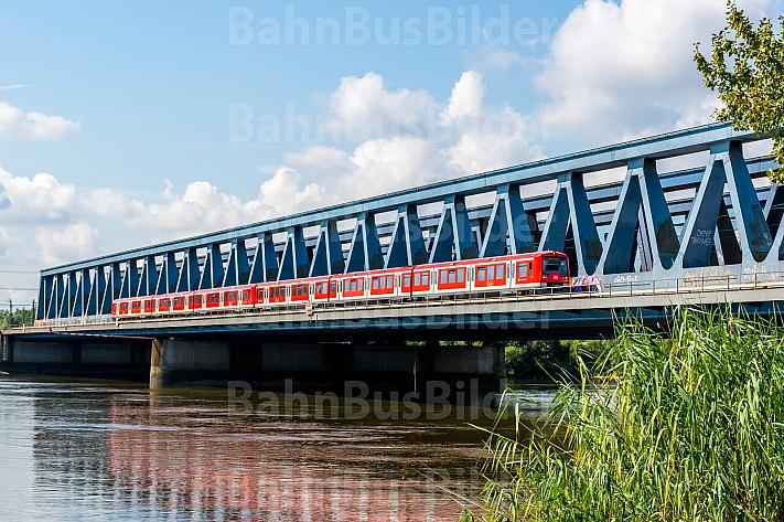 S-Bahn auf den Süderelbbrücken in Hamburg-Wilhelmsburg