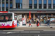 Menschen laufen zu einem Bus im Mühlenkamp (Gertigstraße)