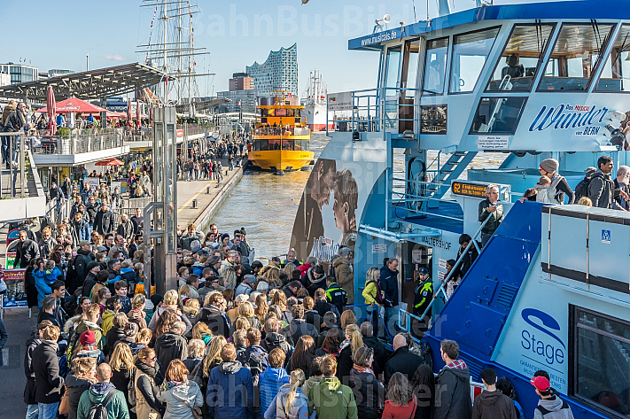 Eine Menschenmenge drängt an den Hamburger Landungsbrücken auf eine Hafenfähre der Linie 62