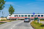 Intercity an Bahnübergang