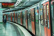 Ein U-Bahn-Zug steht im Bahnhof Sternschanze in Hamburg