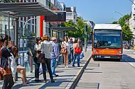 Menschen warten auf Metrobus in Hamburg