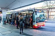 Menschen steigen am U-Bahnhof Wandsbek Markt in Hamburg in einen Metrobus der Linie 9