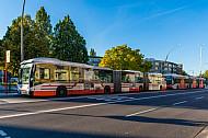 Zwei Doppelgelenkbusse an einer Haltestelle in Hamburg