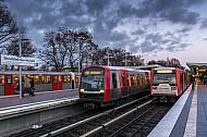 Drei U-Bahn-Züge stehen in der Haltestelle Wandsbek-Gartenstadt in Hamburg