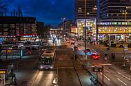 Ein Bus der Linie 173 fährt in der Abenddämmerung in die Haltestelle Mundsburg in Hamburg ein