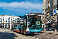 Metrobus der Linie M5 am Rathaus vor den Alsterarcarden in Hamburg