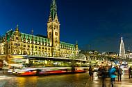 Busse vor dem Hamburger Rathaus. Im Hintergrund ein Weihnachtsmarkt