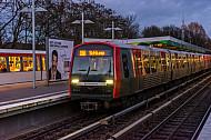 Ein U-Bahn-Zug der Linie U3 wartet an der Haltestelle Wandsbek-Gartenstadt in Hamburg auf seine Abfahrt