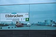 Der U-Bahnhof Elbbrücken in Hamburg bietet einen Blick direkt auf den Hamburger Hafen mit Schiffen im Hintergrund