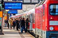 Menschen steigen in Regionalbahn am Bahnhof Dammtor in Hamburg
