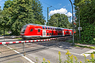 Bahnübergang Claudiusstraße in Hamburg mit Regionalzug
