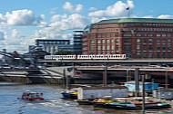 Ein U-Bahnzug vom Typ DT5 auf der Linie U3 am Baumwall in Hamburg mit Bewegungsunschärfe