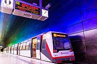 Ein U-Bahn-Zug vom Typ DT4 in der Haltestelle HafenCity Universität in Hamburg