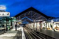 Ein U-Bahnzug vom Typ DT5 auf der Linie U3 im Bahnhof Mundsburg in Hamburg