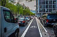 Stau und eine freie Radfahrspur in der Esplanade in Hamburg