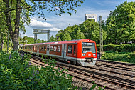 Ein Hamburger S-Bahn-Zug der Baureihe 474 fährt bei Frühlingswetter auf der Verbindungsbahn am Dammtor