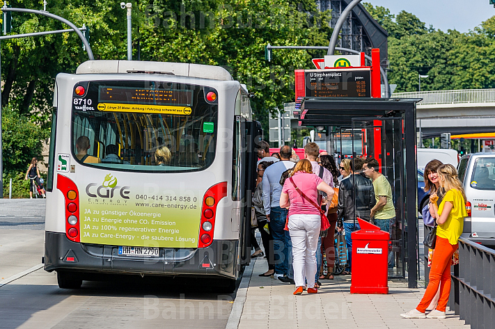Menschen steigen in einen Bus der Linie M5 am Stephansplatz in Hamburg