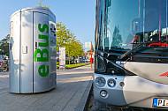 Elektrobus der VHH an Ladestation am Bahnhof Hamburg-Blankenese