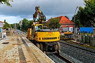 Schienenbagger beim zweigleisiger Ausbau der AKN-Bahnstrecke am Haltepunkt Burgwedel in Hamburg